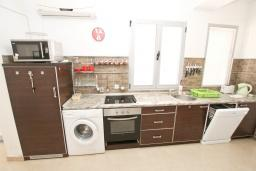 Кухня. Рафаиловичи, Черногория, Рафаиловичи : Апартамент с отдельной спальней, 30 метров до моря