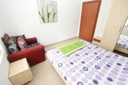 Спальня. Рафаиловичи, Черногория, Рафаиловичи : Апартамент с отдельной спальней, 30 метров до моря