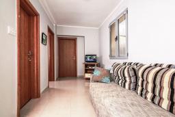 Гостиная. Рафаиловичи, Черногория, Рафаиловичи : Апартамент для 4-6 человек, с 2-мя отдельными спальней, 30 метров до пляжа