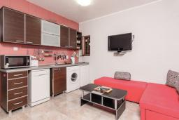 Гостиная. Боко-Которская бухта, Черногория, Пераст : Апартамент для 4-6 человек, с 2-мя отдельными спальнями, с террасой с видом на море, возле пляжа