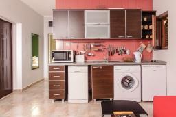 Кухня. Боко-Которская бухта, Черногория, Пераст : Апартамент для 4-6 человек, с 2-мя отдельными спальнями, с террасой с видом на море, возле пляжа