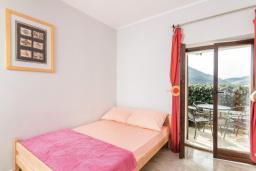 Спальня. Боко-Которская бухта, Черногория, Пераст : Апартамент для 4-6 человек, с 2-мя отдельными спальнями, с террасой с видом на море, возле пляжа