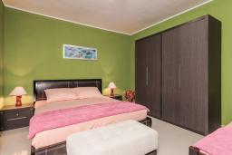 Спальня 2. Боко-Которская бухта, Черногория, Пераст : Апартамент для 4-6 человек, с 2-мя отдельными спальнями, с террасой с видом на море, возле пляжа