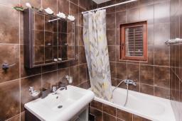 Ванная комната. Боко-Которская бухта, Черногория, Пераст : Апартамент для 4-6 человек, с 2-мя отдельными спальнями, с террасой с видом на море, возле пляжа