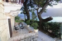 Терраса. Боко-Которская бухта, Черногория, Пераст : Апартамент для 4-6 человек, с 2-мя отдельными спальнями, с террасой с видом на море, возле пляжа