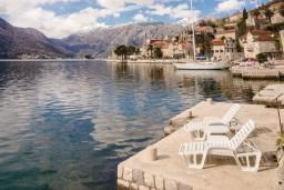 Ближайший пляж. Боко-Которская бухта, Черногория, Пераст : Апартамент для 4-6 человек, с 2-мя отдельными спальнями, с террасой с видом на море, возле пляжа