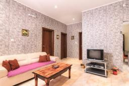 Гостиная. Боко-Которская бухта, Черногория, Котор : Апартамент для 6-8 человек, с 3-мя отдельными спальнями, с просторной гостиной, с ванной комнатой с джакузи, с большой террасой