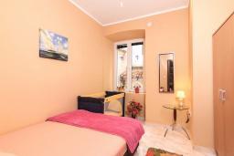 Спальня. Боко-Которская бухта, Черногория, Котор : Апартамент для 6-8 человек, с 3-мя отдельными спальнями, с просторной гостиной, с ванной комнатой с джакузи, с большой террасой