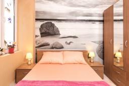 Спальня 2. Боко-Которская бухта, Черногория, Котор : Апартамент для 6-8 человек, с 3-мя отдельными спальнями, с просторной гостиной, с ванной комнатой с джакузи, с большой террасой