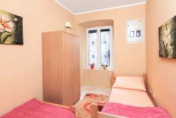 Спальня 3. Боко-Которская бухта, Черногория, Котор : Апартамент для 6-8 человек, с 3-мя отдельными спальнями, с просторной гостиной, с ванной комнатой с джакузи, с большой террасой