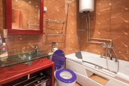 Ванная комната. Боко-Которская бухта, Черногория, Котор : Апартамент для 6-8 человек, с 3-мя отдельными спальнями, с просторной гостиной, с ванной комнатой с джакузи, с большой террасой