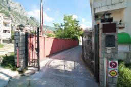 Вход. Боко-Которская бухта, Черногория, Доброта : Роскошная вилла в Доброта с 10 спальнями, с 6 ванными комнатами, с 6 балконами с шикарным видом на море, с бассейном, с местом для барбекю, парковка для нескольких машин, Wi-Fi, 10 метров до моря