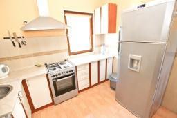 Кухня. Будванская ривьера, Черногория, Кримовица : 2-х этажный дом в Кримовице с 4-мя отдельными спальнями, с просторной гостиной-кухней, с большой террасой, c бассейном, с сауной, с местом для барбекю, окружен лесом, несколько мест для парковки