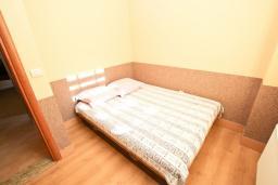 Спальня. Будванская ривьера, Черногория, Кримовица : 2-х этажный дом в Кримовице с 4-мя отдельными спальнями, с просторной гостиной-кухней, с большой террасой, c бассейном, с сауной, с местом для барбекю, окружен лесом, несколько мест для парковки