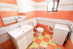 Туалет. Будванская ривьера, Черногория, Кримовица : 2-х этажный дом в Кримовице с 3-мя отдельными спальнями, с просторной гостиной, с большой террасой, c бассейном, с сауной, с местом для барбекю, окружен лесом, несколько мест для парковки