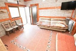 Гостиная. Будванская ривьера, Черногория, Кримовица : 2-х этажный дом в Кримовице с 3-мя отдельными спальнями, с просторной гостиной, с большой террасой, c бассейном, с сауной, с местом для барбекю, окружен лесом, несколько мест для парковки
