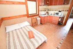 Спальня. Будванская ривьера, Черногория, Кримовица : 2-х этажный дом в Кримовице с 3-мя отдельными спальнями, с просторной гостиной, с большой террасой, c бассейном, с сауной, с местом для барбекю, окружен лесом, несколько мест для парковки