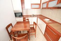 Кухня. Будванская ривьера, Черногория, Петровац : Большой апартамент для 8-10 человек, с просторной гостиной, с 4 отдельными спальнями, с 4 ванными комнатами, 2 балкона с видом на море