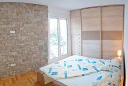 Спальня. Будванская ривьера, Черногория, Будва : Апартамент с отдельной спальней, с балконом