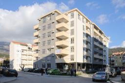 Фасад дома. Будванская ривьера, Черногория, Будва : Апартамент с отдельной спальней, с балконом