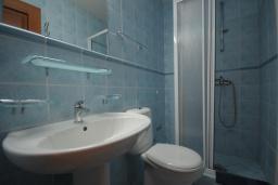 Ванная комната. Бечичи, Черногория, Рафаиловичи : Апартамент №16 с отдельной спальней и частичным видом на море (АРР 04/SS)