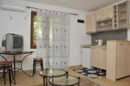 Гостиная. Бечичи, Черногория, Рафаиловичи : Апартамент №18 с отдельной спальней и террасой (АРР 04/garden)