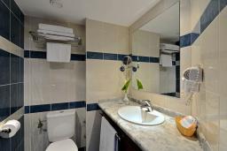 Ванная комната. Бечичи, Черногория, Бечичи : Стандартный номер с видом на сад