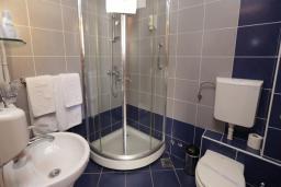 Ванная комната. Бечичи, Черногория, Бечичи : Двухместный номер в Tara Magnolia Villas
