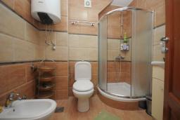 Ванная комната. Бечичи, Черногория, Будва : Апартамент с 2-мя спальнями (APP 04+1)