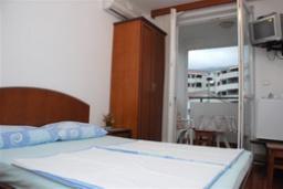 Спальня. Бечичи, Черногория, Будва : Двухместный номер с балконом (№5 DBL)