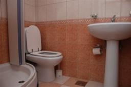 Ванная комната. Бечичи, Черногория, Будва : Двухместный номер с балконом (№5 DBL)