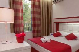 Спальня. Бечичи, Черногория, Будва : Апартамент с балконом 4*