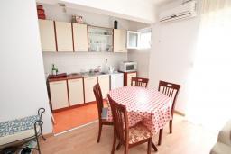 Кухня. Боко-Которская бухта, Черногория, Прчань : Апартамент с отдельной спальней, с террасой, 100 метров до моря