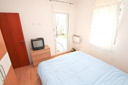 Спальня. Боко-Которская бухта, Черногория, Прчань : Апартамент с отдельной спальней, с террасой, 100 метров до моря
