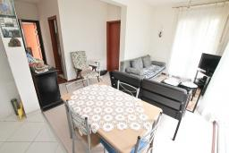 Гостиная. Боко-Которская бухта, Черногория, Прчань : Апартамент с отдельной спальней, с террасой, 100 метров до моря