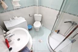 Ванная комната. Боко-Которская бухта, Черногория, Прчань : Апартамент с отдельной спальней, с террасой, 100 метров до моря