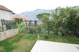 Терраса. Боко-Которская бухта, Черногория, Прчань : Апартамент с отдельной спальней, с террасой, 100 метров до моря