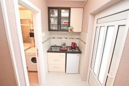 Кухня. Боко-Которская бухта, Черногория, Доброта : Апартамент с отдельной спальней, с террасой с видом на море, 100 метров до пляжа