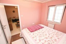 Спальня. Боко-Которская бухта, Черногория, Доброта : Апартамент с отдельной спальней, с террасой с видом на море, 100 метров до пляжа