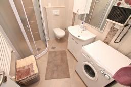Ванная комната. Боко-Которская бухта, Черногория, Доброта : Апартамент с отдельной спальней, с террасой с видом на море, 100 метров до пляжа