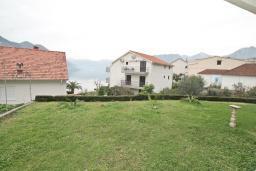 Вид на море. Боко-Которская бухта, Черногория, Доброта : Апартамент с отдельной спальней, с террасой с видом на море, 100 метров до пляжа