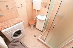 Ванная комната. Боко-Которская бухта, Черногория, Доброта : Студия с террасой с видом на море, 100 метров до пляжа