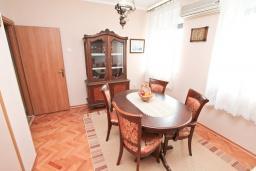 Гостиная. Боко-Которская бухта, Черногория, Котор : Апартамент для 4 человек, с 2-мя отдельными спальнями