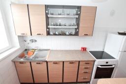 Кухня. Боко-Которская бухта, Черногория, Котор : Апартамент для 4 человек, с 2-мя отдельными спальнями