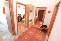 Коридор. Боко-Которская бухта, Черногория, Котор : Апартамент для 4 человек, с 2-мя отдельными спальнями
