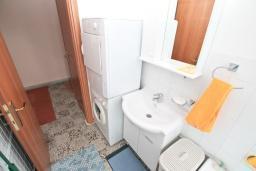 Ванная комната. Боко-Которская бухта, Черногория, Котор : Апартамент для 4 человек, с 2-мя отдельными спальнями