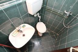 Ванная комната. Боко-Которская бухта, Черногория, Котор : Студия с террасой с шикарным видом на море, 100 метров до пляжа