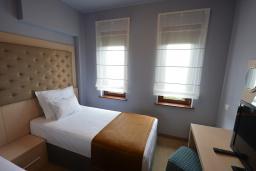 Спальня. Бечичи, Черногория, Будва : Люкс с двумя односпальными кроватями
