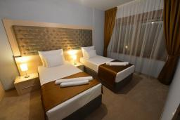 Спальня. Бечичи, Черногория, Будва : Апартамент с двумя спальнями