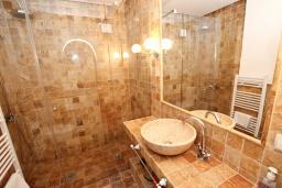 Ванная комната 2. Будванская ривьера, Черногория, Петровац : Шикарный 3-х этажный дом в Петроваце с 5 отдельными спальнями,  с 3 ванными комнатами, с террасой и 2-мя балконами с видом на море, бесплатный Wi-Fi, возле пляжа